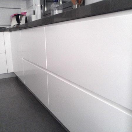 Cocina con tirador integrado - Amueblamiento de cocinas ...