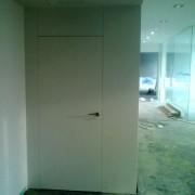 puerta con bisagras ocultas