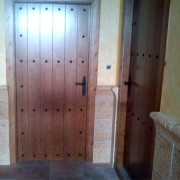 puerta entarimada con clavos de forja