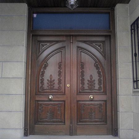 Puerta talla dos hojas for Puertas de madera maciza exterior