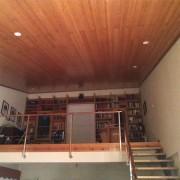 techo y librería en madera