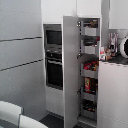 cocina con armario con cajones dobles extraibles