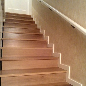 escaleras con rodapie blanco