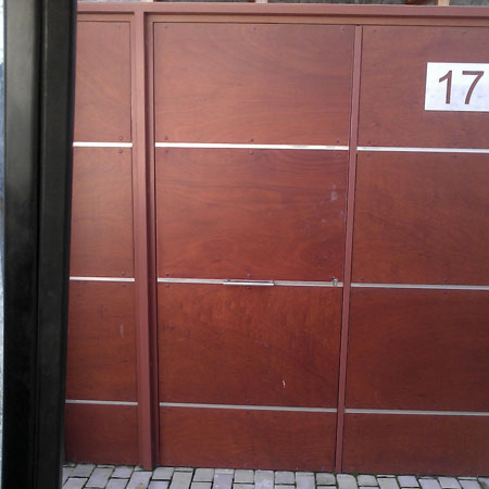 puerta de acceso a chalet