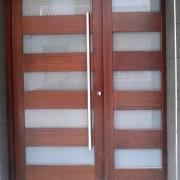 puerta combinada en madera y vidrio