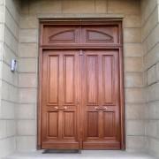 puerta exterior con montante ciego
