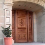 puerta con talla en arco