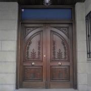 puerta con talla de dos hojas
