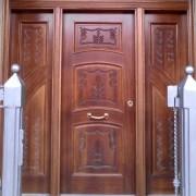 puerta con talla de dos hojas y fijos
